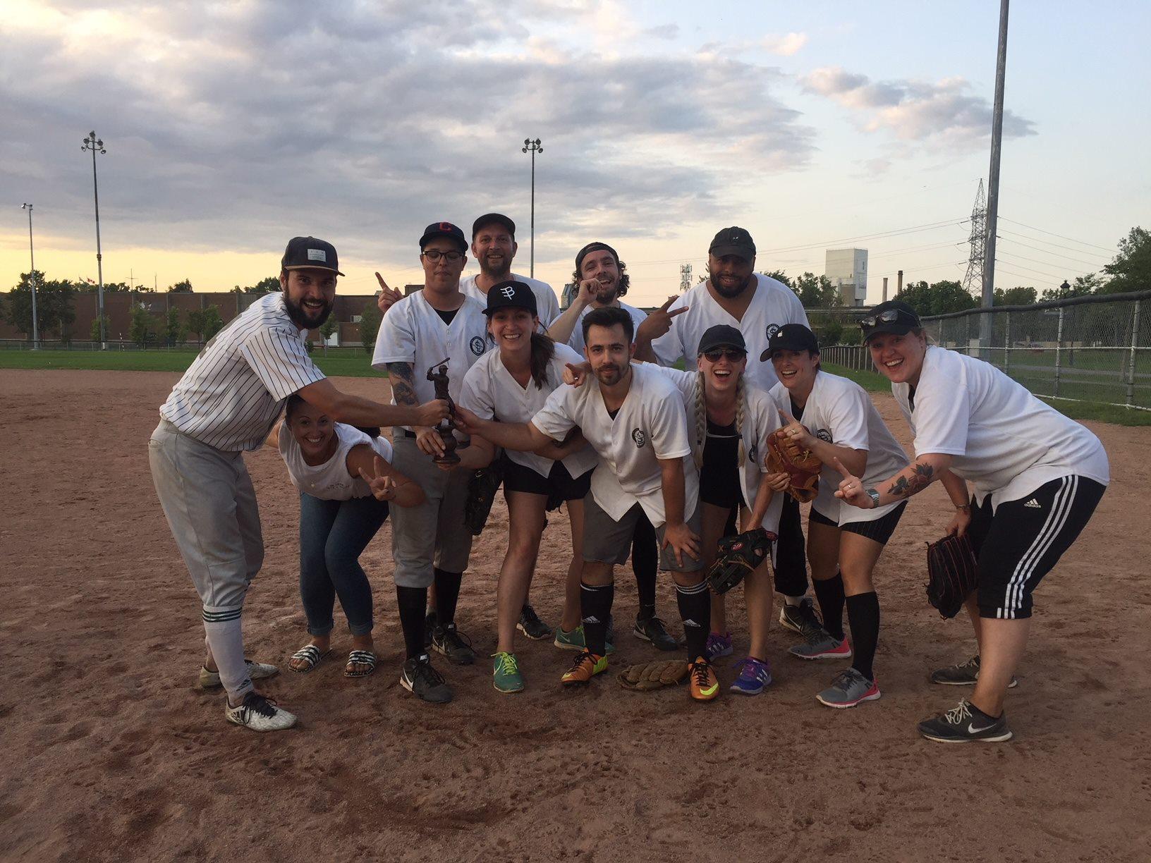 L'équipe gagnante de Sid Lee, gagnante du tournoi de balle-molle 2018